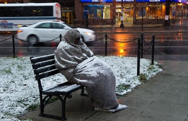 Nu îi lăsați în frig! Unde puteți suna dacă vedeți un om al străzii