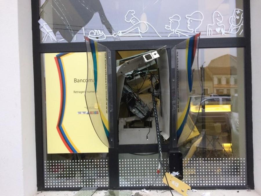 Bancomatul băncii Transilvania spart ca în filme / UPDATE: Banda a spart și un bancomat din județul Timiș