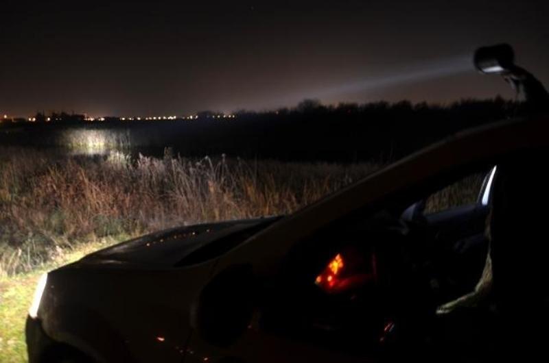 Braconieri prinși noaptea: căutau vânatul cu ajutorul unui proiector