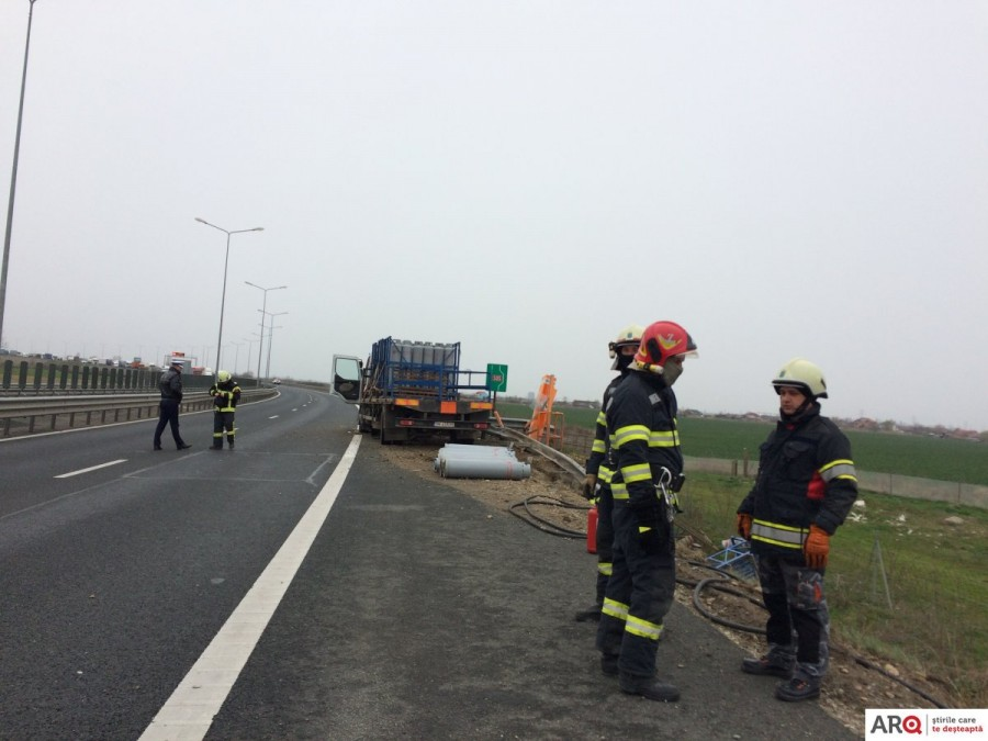Autostrada spre Nădlac blocată în urma unui accident în care este implicat un camion încărcat cu butelii de propan (FOTO-VIDEO) / UPDATE: Circulația s-a reluat pe un sens, dar șoferul a murit