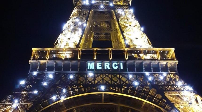 Turnul Eiffel omagiază în fiecare seară persoanele care luptă împotriva pandemiei de coronavirus