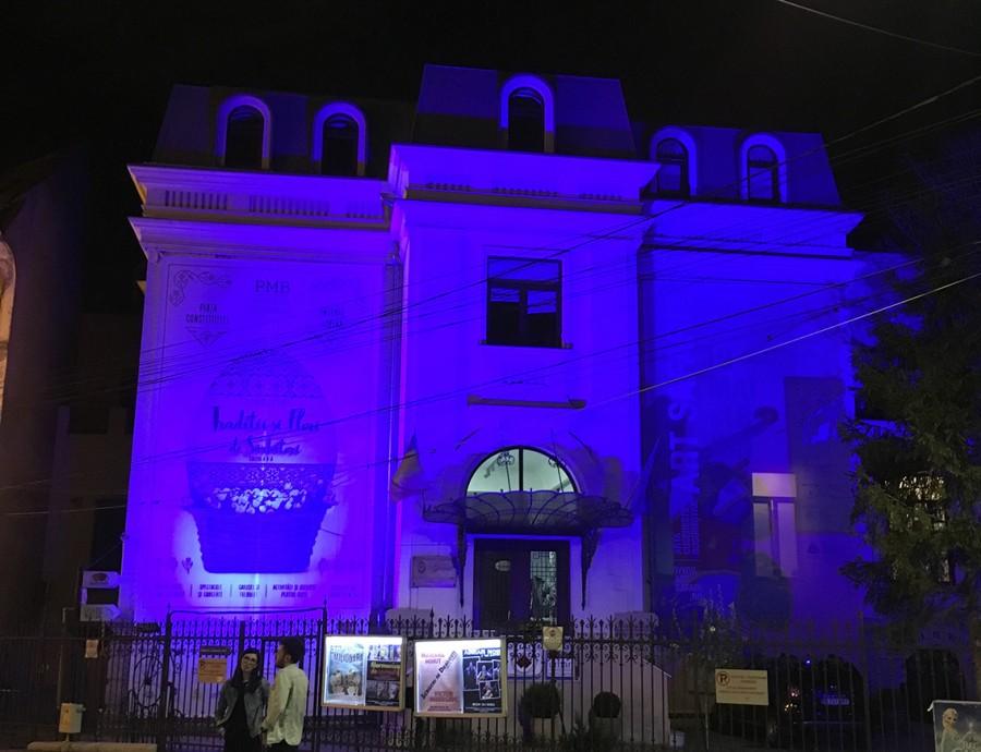 Clădiri iluminate în albastru, în semn de solidaritate față de cele peste 30.000 de persoane cu autism care trăiesc în România