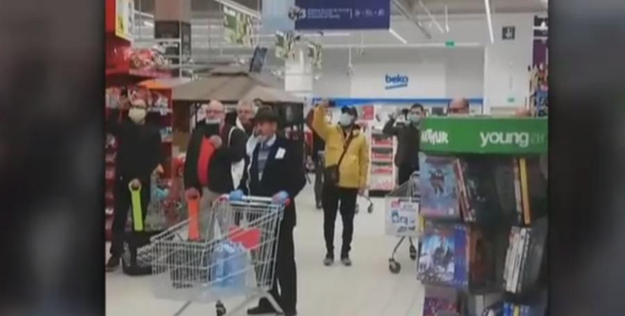 """Imaginile zilei vin dintr-un supermarket din Piatra Neamț. Clienții s-au oprit din cumpărături și au cântat """"HRISTOS A ÎNVIAT!"""""""