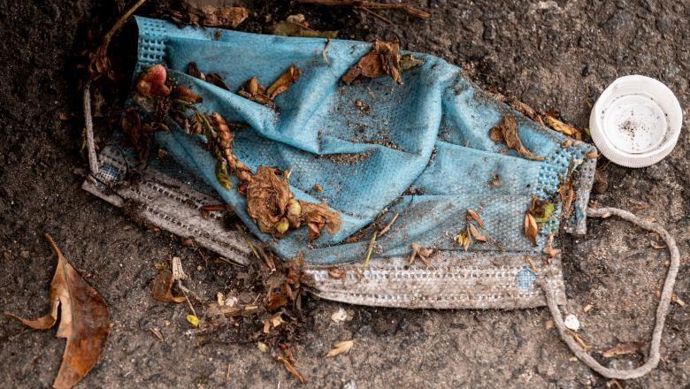 Măștile și mănușile chirurgicale din plastic, principalii poluatori în lumea post-pandemie