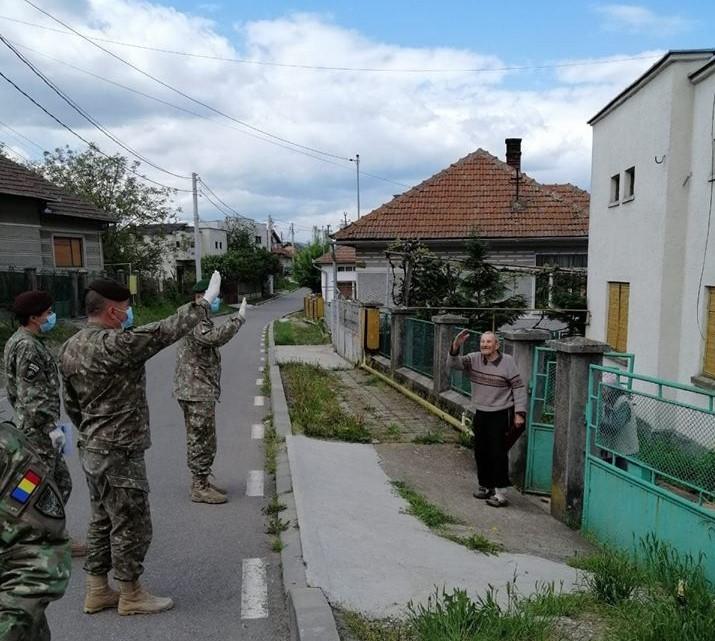 (FOTO) Veteranii și văduvele de război din Arad și alte județe, vizitați de reprezentanții Ministerului Apărării Naționale