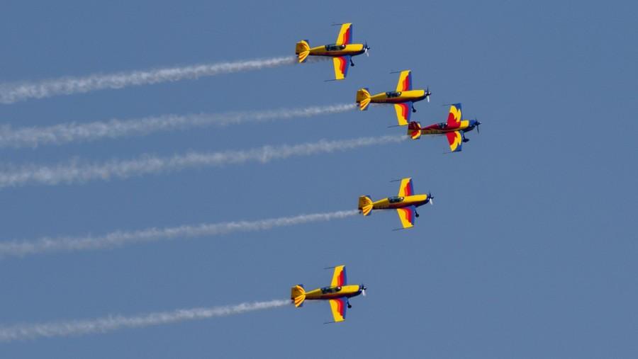 În semn de respect pentru personalul medical și toți cei din prima linie, cinci avioane de acrobație au survolat spitalele din capitală