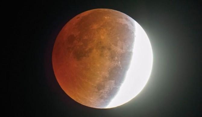 Eclipsa de Lună prin penumbră, vizibilă din România astăzi