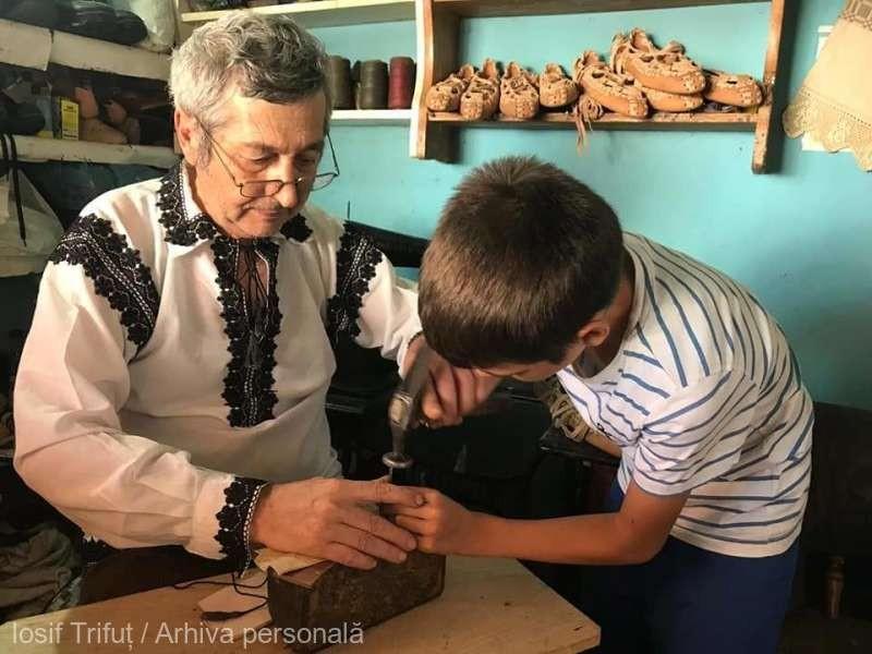 Iosif Trifuț, singurul meșter popular din Apuseni care mai confecționează opinci