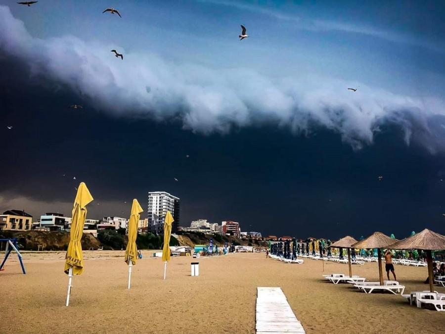 Imagini spectaculoase din timpul furtunii de ieri din Constanța. Norul Shelf a acoperit cerul în staţiunea Mamaia