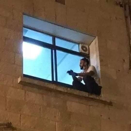 Poza care a făcut înconjurul lumii. Un tânăr n-a vrut să-și lase mama să moară singură în spital și s-a cățărat zilnic două etaje până la fereastra ei