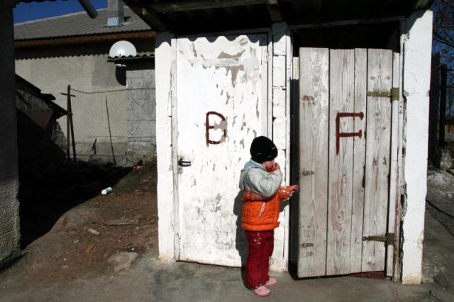România, pe ultimul loc în UE privind locuințele cu toaleta în interior