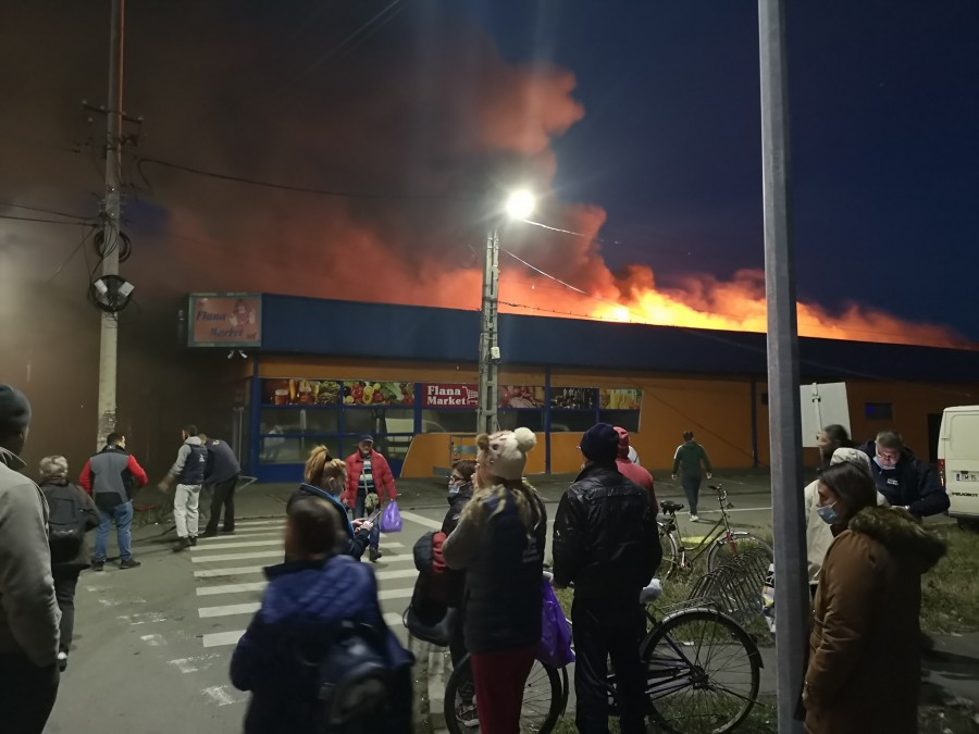 Incendiu puternic la un supermarket din Gai