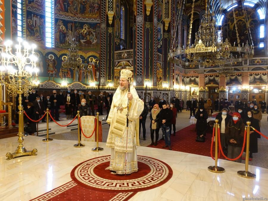 (FOTO) Omul între lumină și întuneric. Liturghie Arhierească la Catedrala Arhiepiscopală din Arad