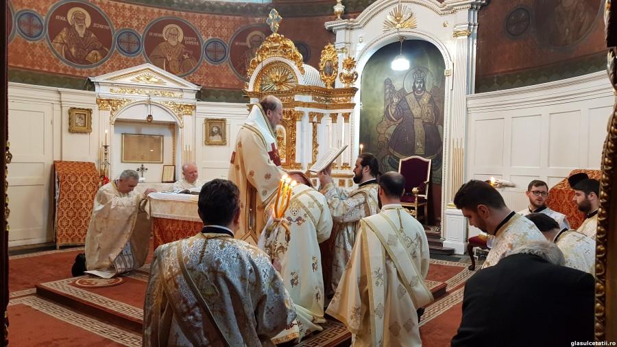 ÎN IMAGINI – Liturghie Arhierească și hirotonie întru diacon, la Catedrala Veche din Arad, în Duminica a 29-a după Rusalii