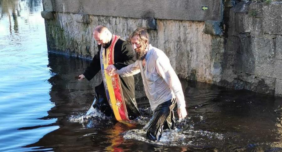 Unul dintre cei mai importanți scriitori englezi în viață s-a botezat ortodox la o mănăstire românească din Irlanda