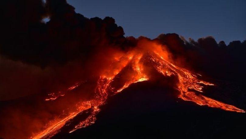 Vulcanul Etna a expulzat lavă şi cenuşă peste Sicilia; aeroportul din Catania, închis temporar