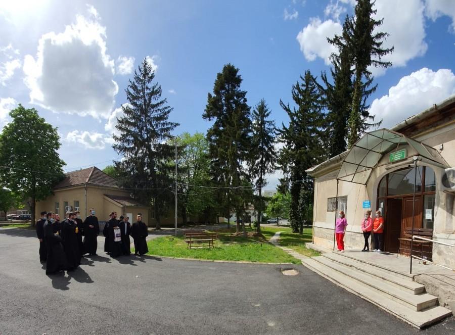 """Gest de suflet în ziua de Paști! Corul psaltic """"Sfântul Ioan Damaschin"""" a vestit Învierea la spitalele din Arad"""