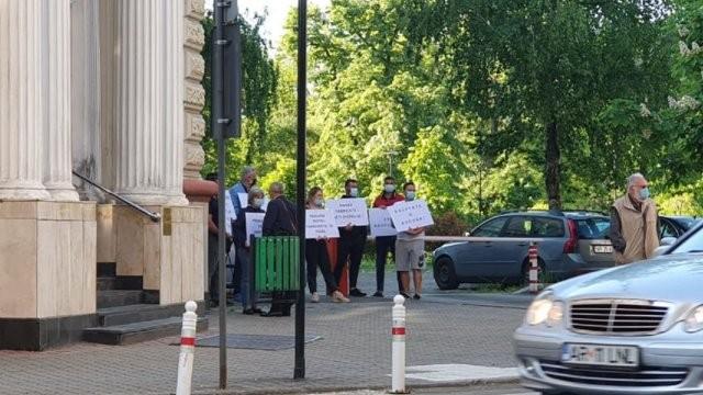 Protest în fața Tribunalului, pentru cauza polițistului condamnat pentru fapte de corupție