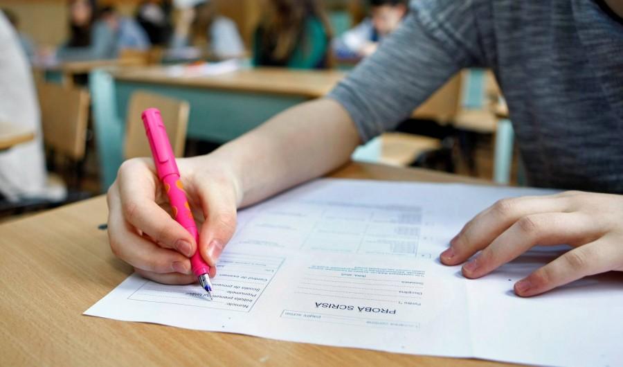 Elevii de clasa a VI-a susţin proba la Matematică şi Ştiinţele naturii din cadrul Evaluării naţionale