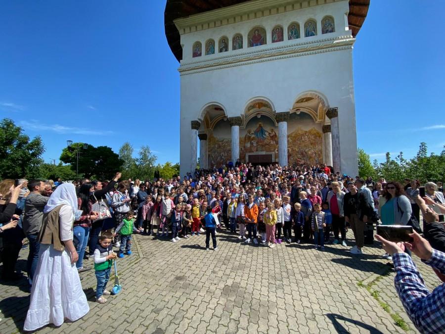 (FOTO) Ce zi, ce mare sărbătoare! Mănăstirea Gai din Arad, luată cu asalt de sărbătoriții zilei: COPIII!
