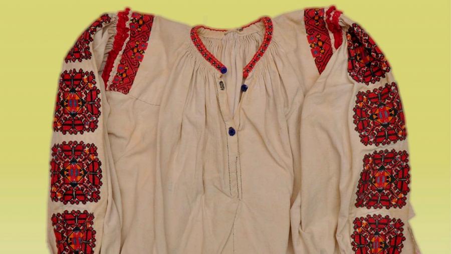 De Ziua Iei, Complexul Muzeal Arad organizează două expoziții de cămăși tradiționale femeiești din colecția de etnografie
