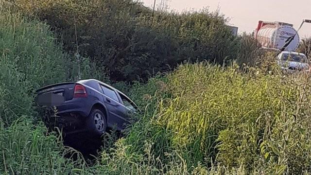 Conducea beat și s-a răsturnat în șanțul de pe marginea drumului