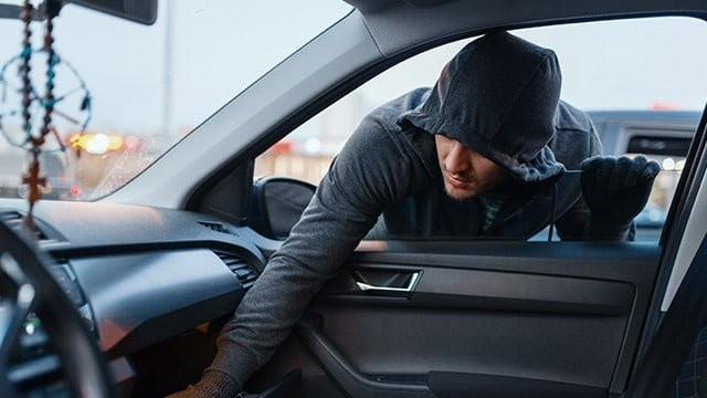 Bihorean care a furat din mai multe autovehicule și un imobil, reținut de polițiștii arădeni