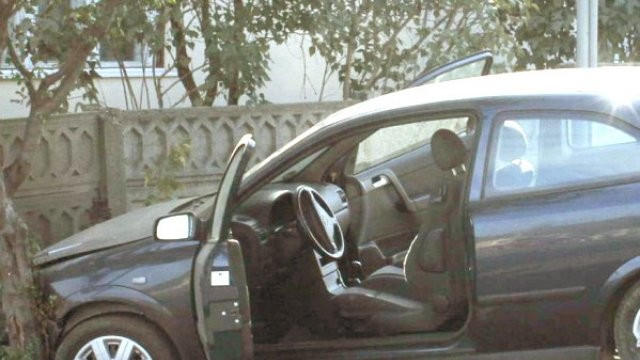 """Un """"șofer"""" a condus fără permis și beat un autoturism cu care a intrat într-un gard"""