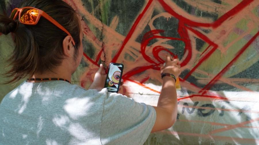 Elevii Colegiului de Arte din Arad au realizat o lucrare murală impresionantă în cadrul unui atelier organizat de Citizenit. Muralul poate fi descoperit în Parcul Eminescu