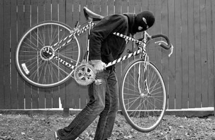 Un adolescent nu s-a putut abține și a furat o bicicletă lăsată neasigurată, dar până la urmă a ajuns în arest